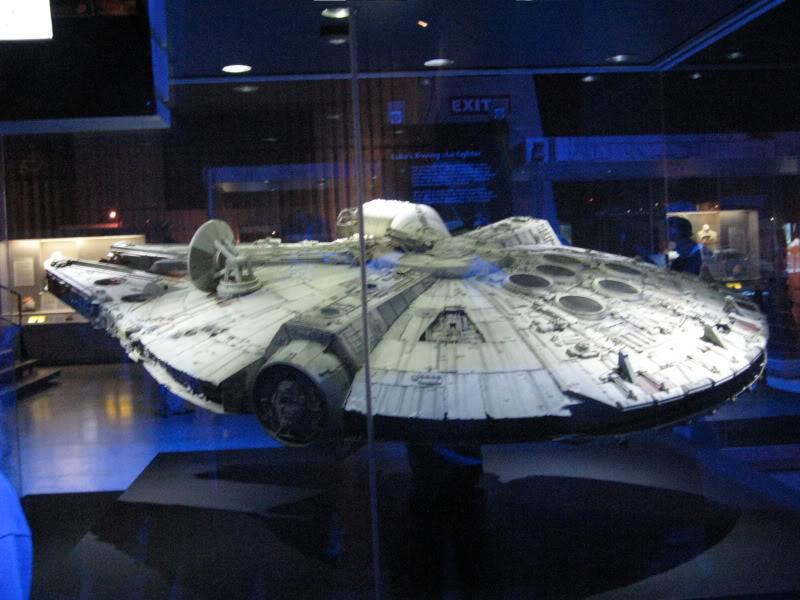 Star wars les maquettes officielles des films ! Falcon-millenium-1