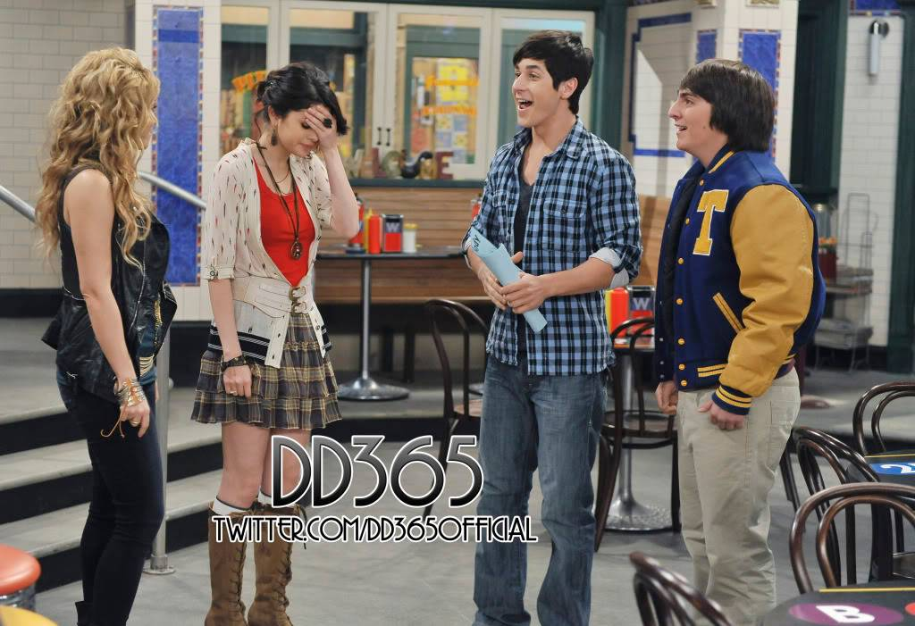 Two new stills from WOWP with Shakira 76290915