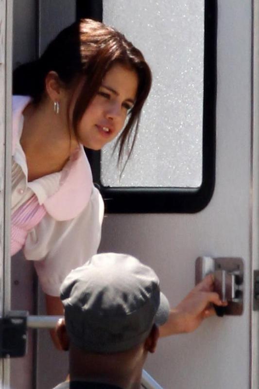 Selena Gomez[5] - Page 4 002