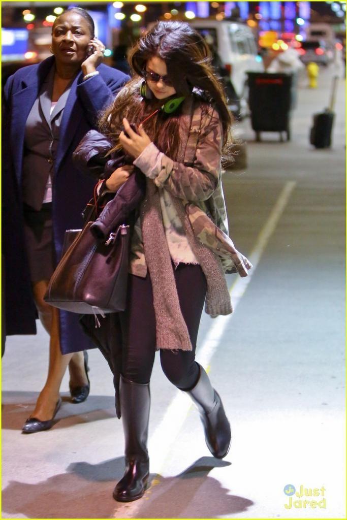 Selena Gomez[5] - Page 38 Selena-gomez-lax-arrival-03_zps338fa21c
