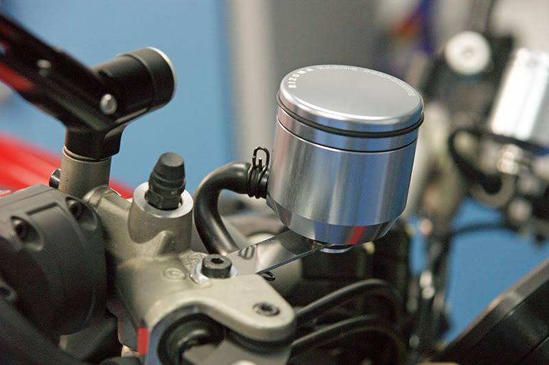 Remplacer ses réservoirs de liquide d'embrayage et frein. DSC06429