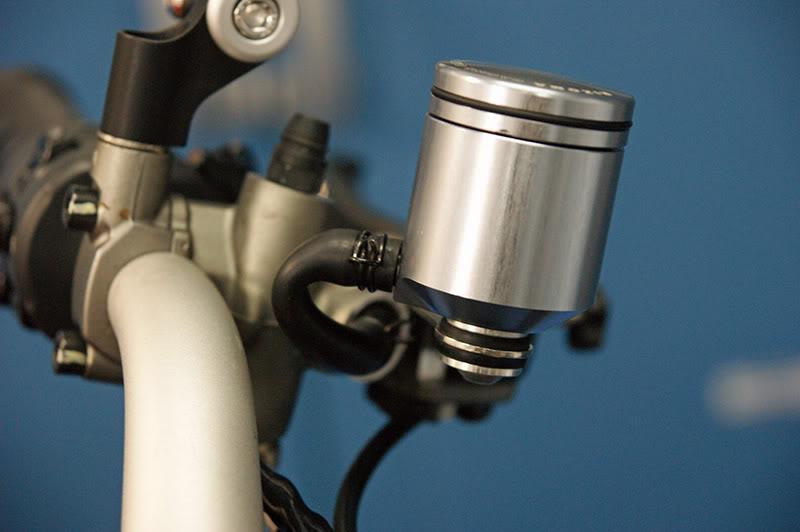 Remplacer ses réservoirs de liquide d'embrayage et frein. DSC06430