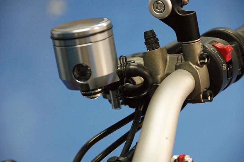 Remplacer ses réservoirs de liquide d'embrayage et frein. DSC06454