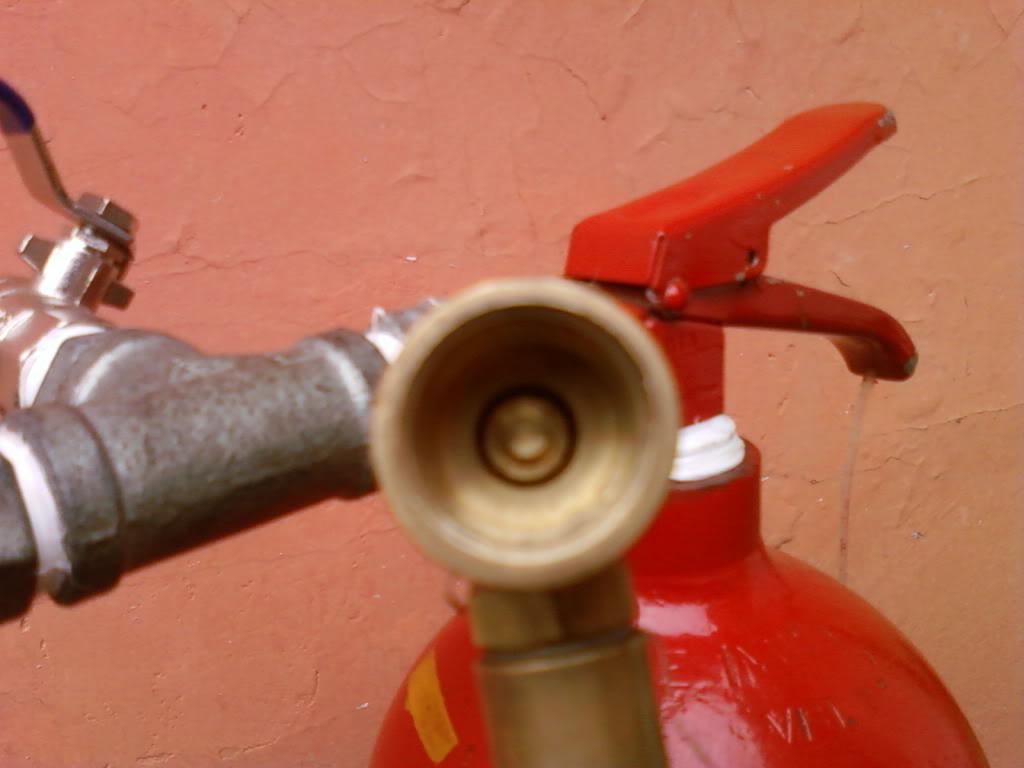Recarga CO2 no extintor com segurança Foto-0072