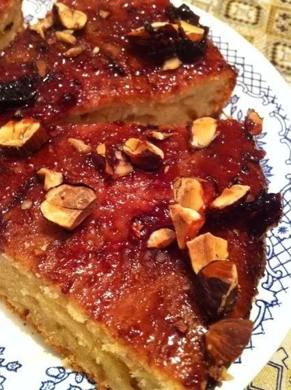 Простой сладкий пирожок под глазурью из джема и грецких орехов Ranja