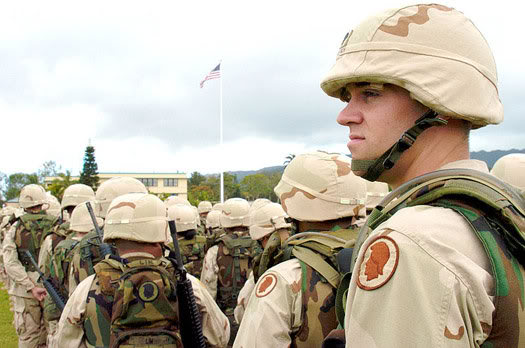 2010 : PUCES IMPLANTABLES, RFID, NANOTECHNOLOGIES, NEUROSCIENCES, N.B.I.C. ET CYBERNETIQUE - Page 4 800px-US_soldiers_wearing_the_PASGT_helmet_Hawaii