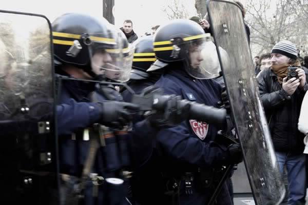 FASCISME, DICTATURE, ETAT-POLICIER, TERRORISME D'ETAT - Page 2 CRS