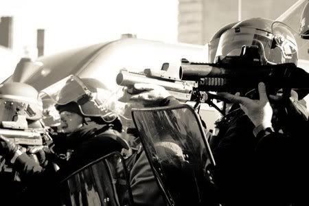 FASCISME, DICTATURE, ETAT-POLICIER, TERRORISME D'ETAT - Page 2 Flashball-1