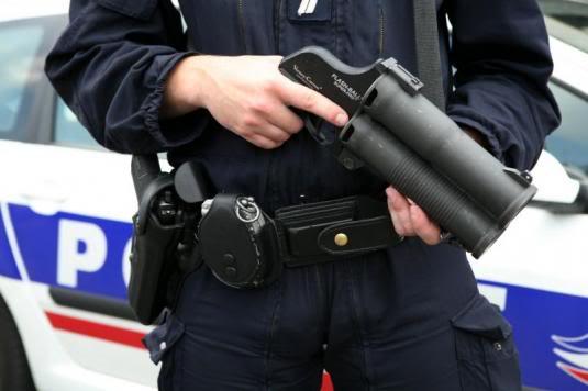 FASCISME, DICTATURE, ETAT-POLICIER, TERRORISME D'ETAT Flashball