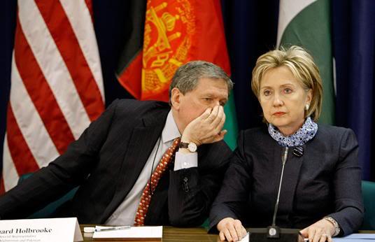 NOUVEL ORDRE MONDIAL : DE QUOI SE COMPOSE-T-IL, ET QUELS SONT SES BUTS ? - Page 2 Holbrooke_Clinton1