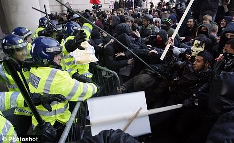 FASCISME, DICTATURE, ETAT-POLICIER, TERRORISME D'ETAT - Page 2 Bobbies_riots