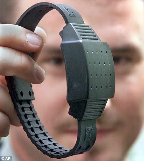 2011 : PUCES IMPLANTABLES, RFID, NANOTECHNOLOGIES, NEUROSCIENCES, N.B.I.C. ET CYBERNETIQUE ! - Page 2 Braceletldectronique