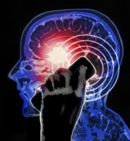 2010 : PUCES IMPLANTABLES, RFID, NANOTECHNOLOGIES, NEUROSCIENCES, N.B.I.C. ET CYBERNETIQUE - Page 5 Cell-phone-brain-tumor-713