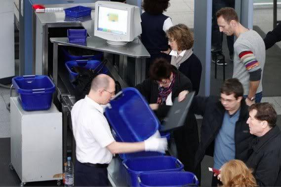 2011 : PUCES IMPLANTABLES, RFID, NANOTECHNOLOGIES, NEUROSCIENCES, N.B.I.C. ET CYBERNETIQUE ! - Page 2 Controle-securite-aeroport