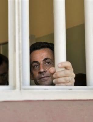 NOUVEL ORDRE MONDIAL : DE QUOI SE COMPOSE-T-IL, ET QUELS SONT SES BUTS ? - Page 15 Sarko_prison
