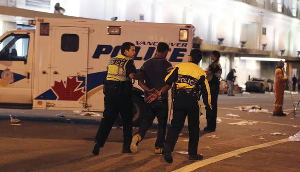 LOIS TOTALITAIRES ET MESURES LIBERTICIDES Police-arrest-a-rowdy-man-in-vancouver-british-columbia