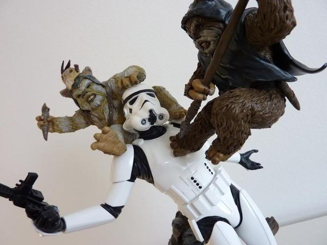 """Fall of the Empire"" – Ewoks vs. Stormtrooper Diorama P1000822"