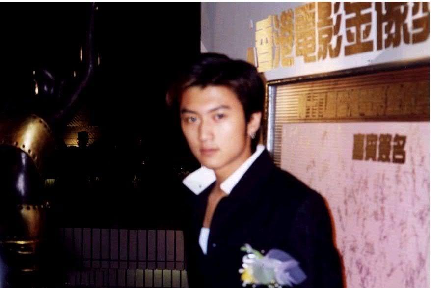 Tạ Đình Phong tại lễ trao giải Kim Tượng LHP Hongkong lần thứ 18 (25/4/1999) Kimtuong01