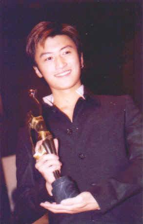 Tạ Đình Phong tại lễ trao giải Kim Tượng LHP Hongkong lần thứ 18 (25/4/1999) Kimtuong04