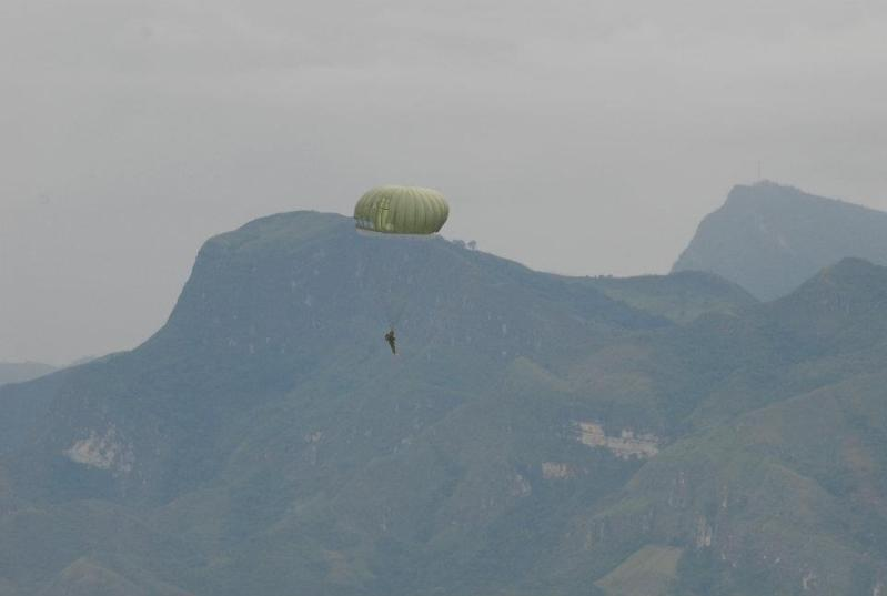 Fuerzas Comando 2012 - Página 3 Paracaidas1