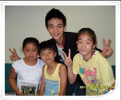 [Pics][23.08.10] Onew, Minho - Star King backstage with Yang Jin Suk and fans 77451193