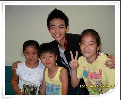 [Pics][23.08.10] Onew, Minho - Star King backstage with Yang Jin Suk and fans Minhowithfansatstarking