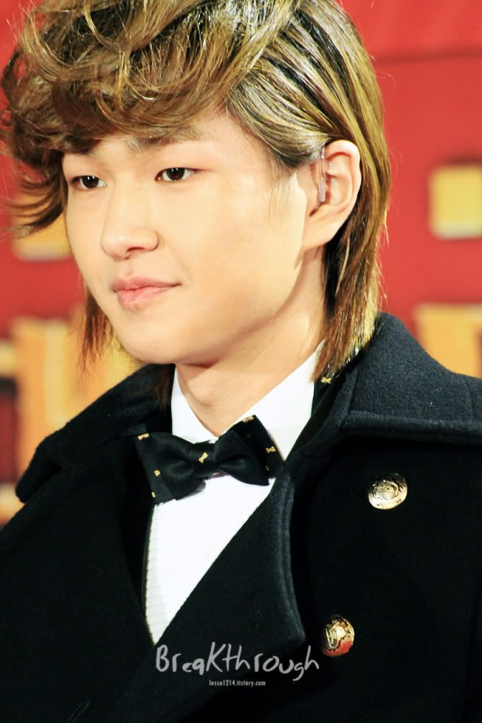 [Official] 18.11.2010 MC Onew at MBC Korean Film Awards  73611607