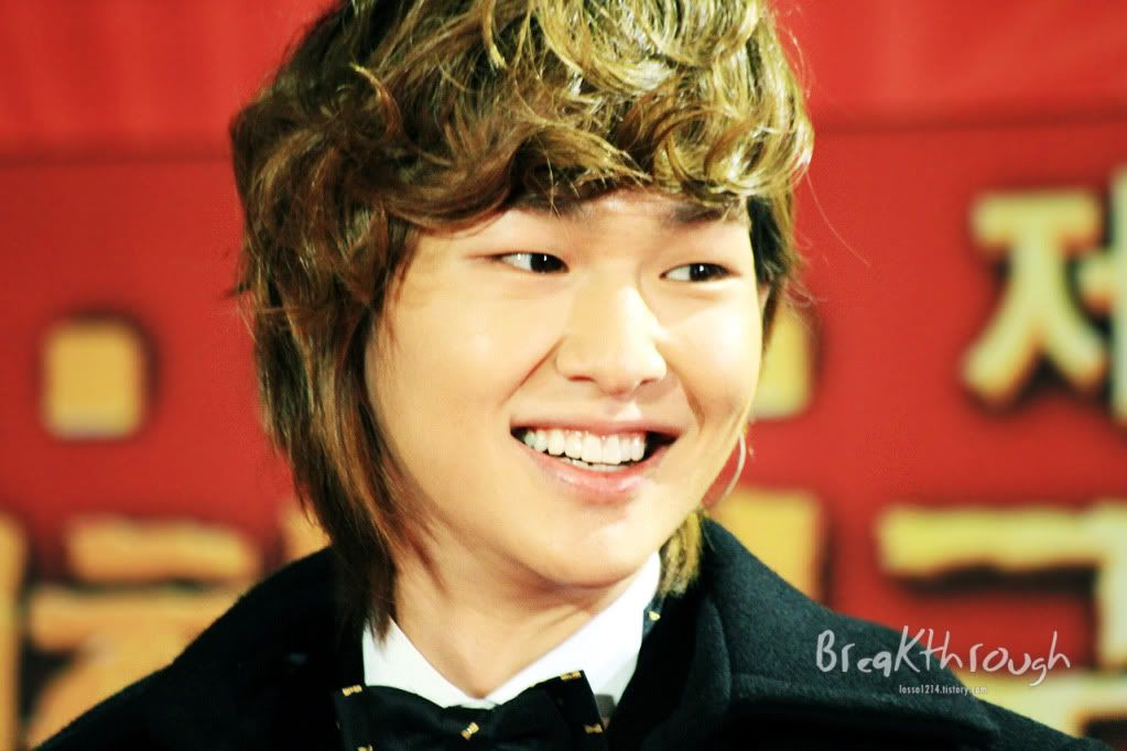 [Official] 18.11.2010 MC Onew at MBC Korean Film Awards  74655333