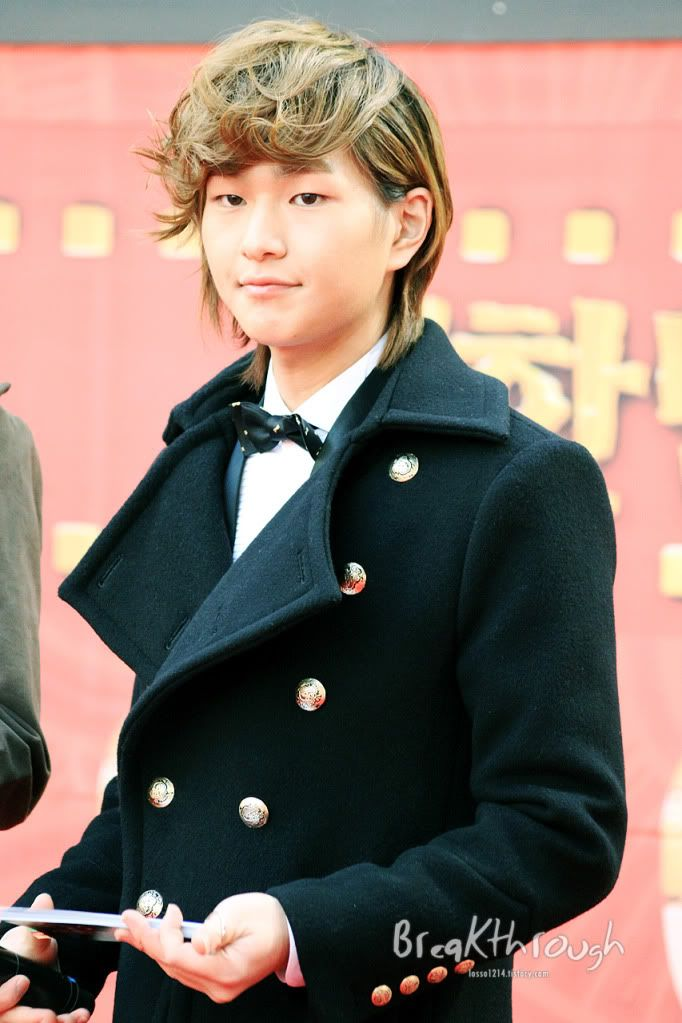[Official] 18.11.2010 MC Onew at MBC Korean Film Awards  86257521
