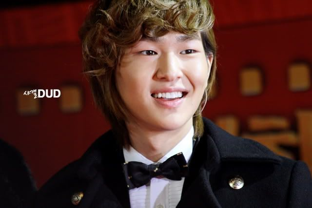 [Official] 18.11.2010 MC Onew at MBC Korean Film Awards  86796937