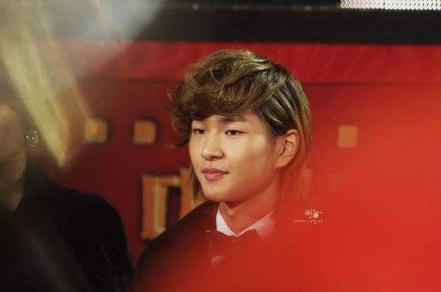 [Official] 18.11.2010 MC Onew at MBC Korean Film Awards  Mc44