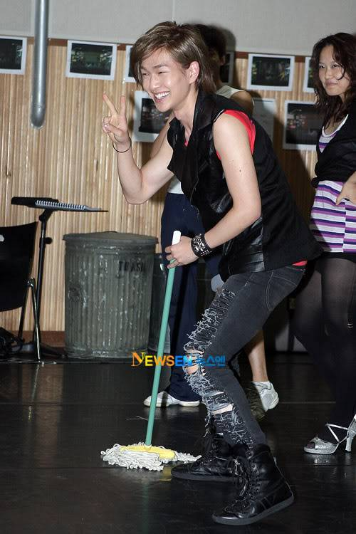 [Official] 10.08.2010 ONEW - ROCK OF AGES REHEARSAL Roa3