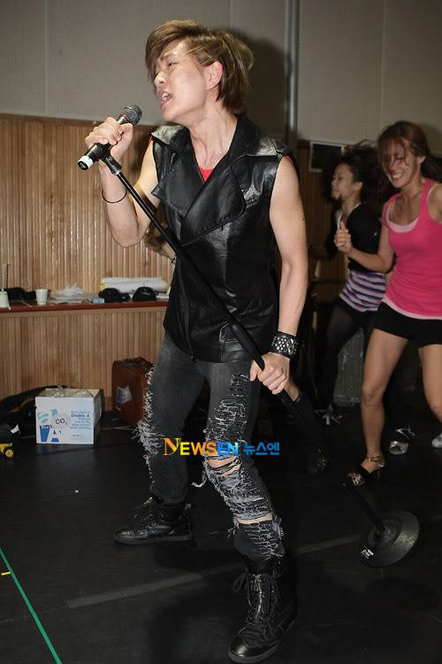 [Official] 10.08.2010 ONEW - ROCK OF AGES REHEARSAL Roa4