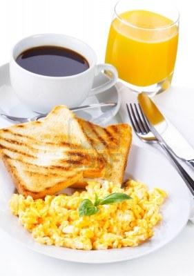 El regalo que cayó del trineo  12891195-desayuno-con-huevos-revueltos-tostadas-zumo-y-cafe_zps1d3a535d
