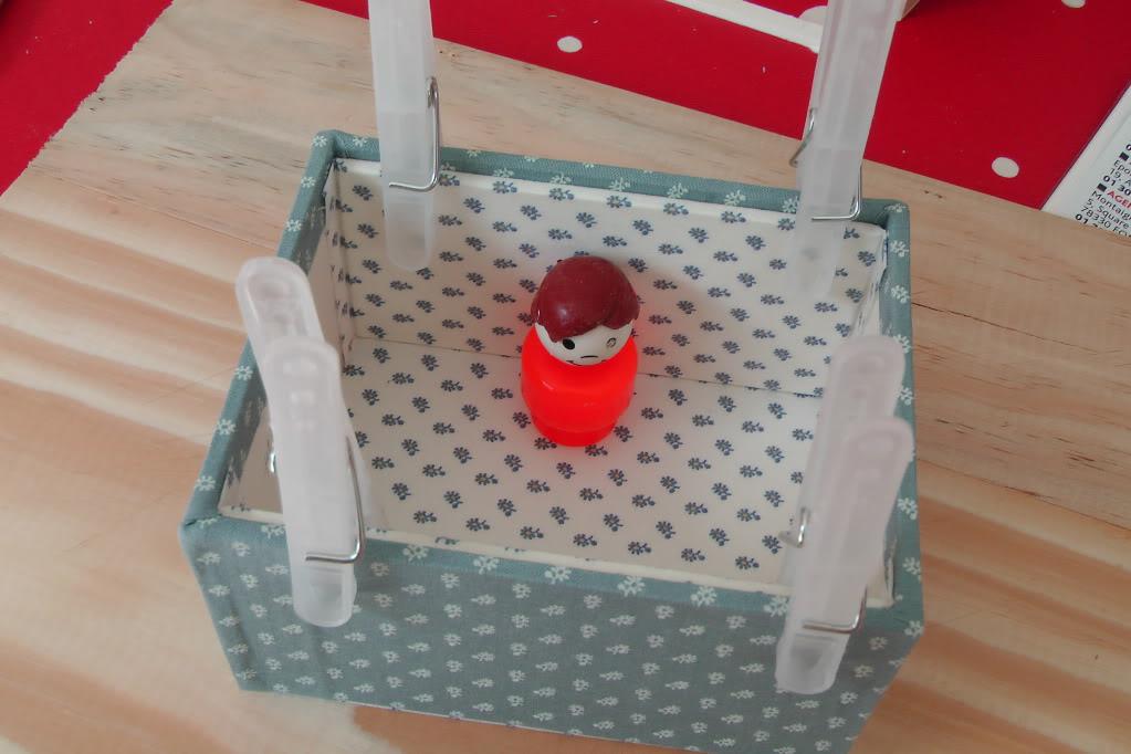 quelle colle utiliser pour coller du tissu sur du carton. Black Bedroom Furniture Sets. Home Design Ideas