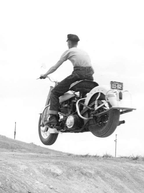 um grupo de motociclistas 1950 - harley davidson 50_74CI_Dad_coming_down