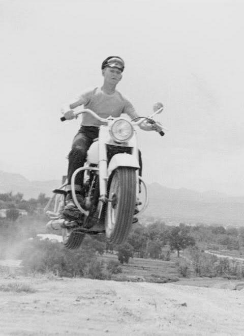 um grupo de motociclistas 1950 - harley davidson 50_Harley
