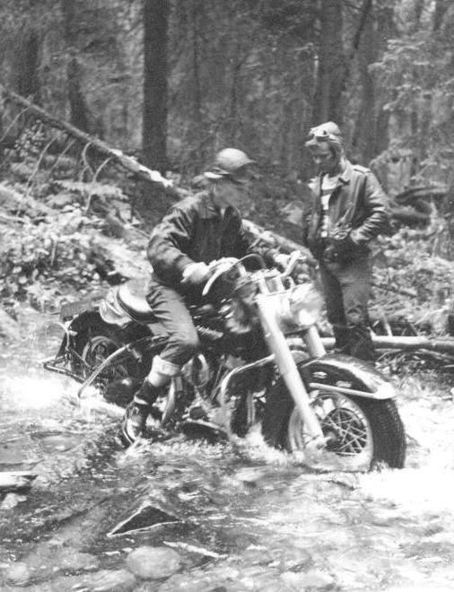 um grupo de motociclistas 1950 - harley davidson About_to_get_wet_feet_1952_74CI