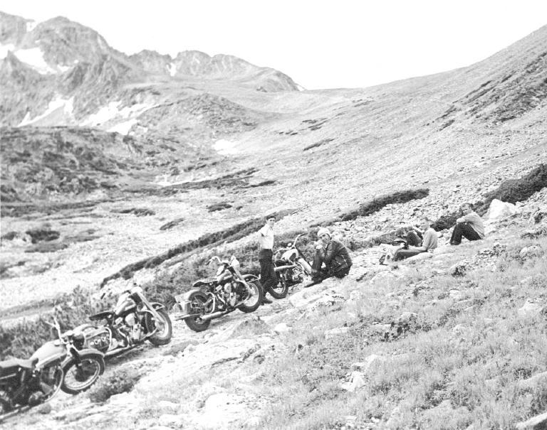 um grupo de motociclistas 1950 - harley davidson Arapahoe_Pass_1953