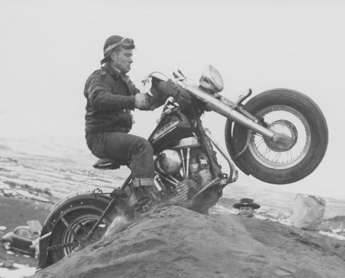 um grupo de motociclistas 1950 - harley davidson Kenny_going_up