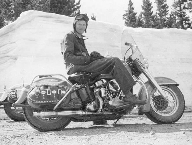 um grupo de motociclistas 1950 - harley davidson Mike_2_1950_74s