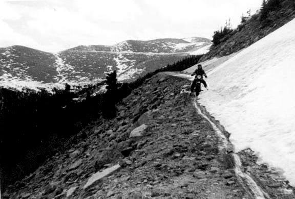 um grupo de motociclistas 1950 - harley davidson Mount_Evans_road
