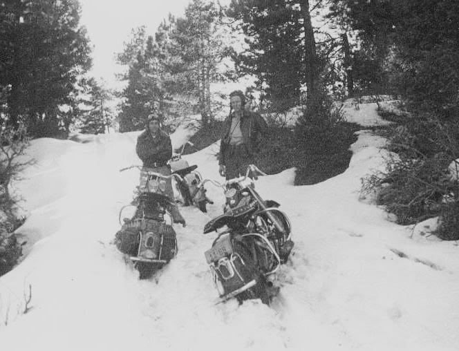 um grupo de motociclistas 1950 - harley davidson Winter_riding