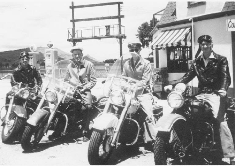 um grupo de motociclistas 1950 - harley davidson Year_1950_Sunday_ride