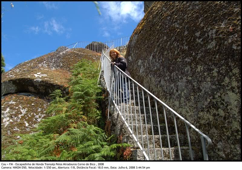 Escapadinha pelos Miradouros Corno de Bico 1-Miradouro-CasteloSt-Cruz-escadas
