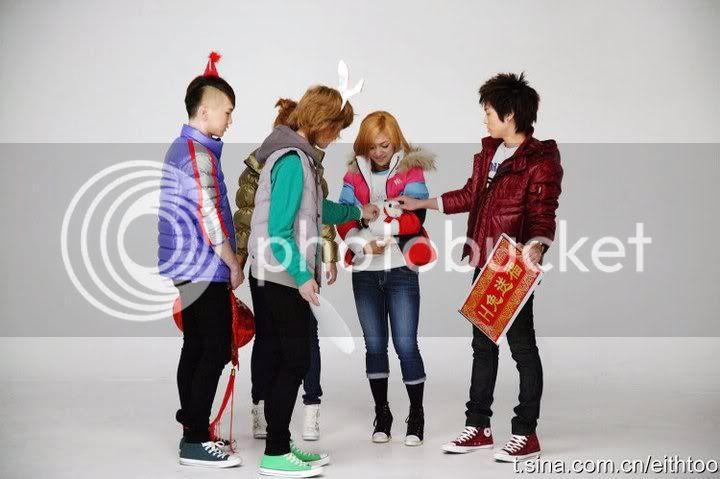 [PICS] 101223 f(x) và SHINee's trong hình ảnh quảng cáo Giáng sinh của Eithtoo! 74617_1358508662850_1835538730_671469_7959280_n