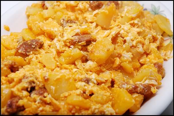 Huevos rotos con patatas  y chorizo  casero. HuevosConChorizo2
