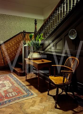 ARTS AND CRAFTS  - Página 2 15escaleravisitantes_NT_20892_View_of_the_Visitors_Staircase_at_Wightwick_Manor_including_Hall_table_with_aspidistra_chair_and_Jap