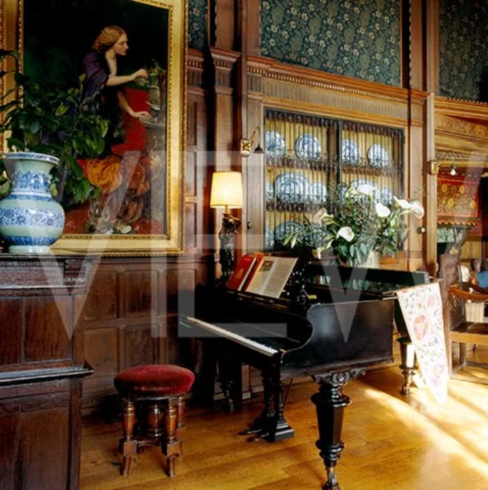 ARTS AND CRAFTS  - Página 2 21gransalon_NT_19301_The_Bechstein_grand_piano_in_the_Great_Parlour_at_Wightwick_Manor_with_blue_and_white_china_in_a_dis