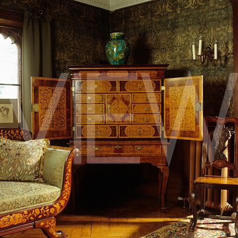 ARTS AND CRAFTS  - Página 2 24saladedibujo_NT_19293_Queen_Anne_walnut_marquetry_cabinet_in_the_Drawing_Room_at_Wightwick_Manor